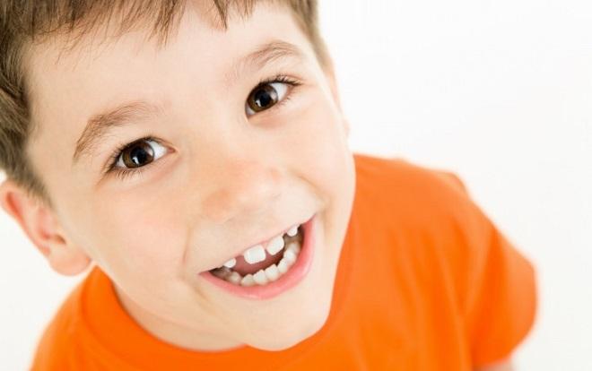 Мальчик улыбается
