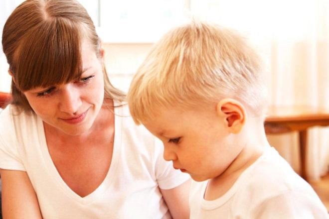 Мама смотрит на ребенка во время занятия