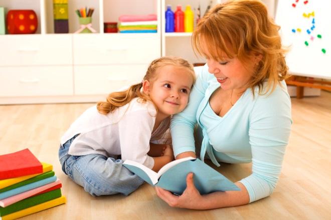 Мама занимается с дочкой