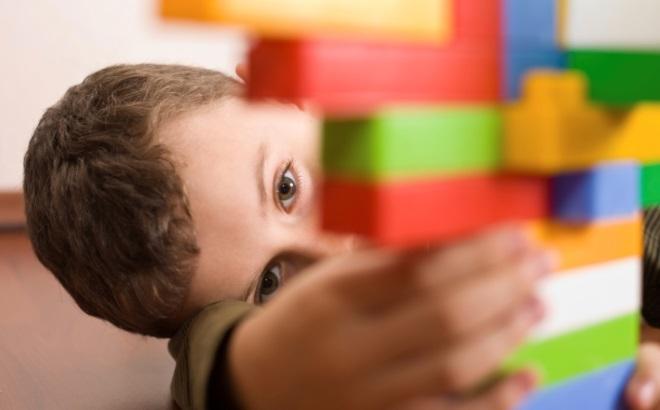 Мальчик аутист играет