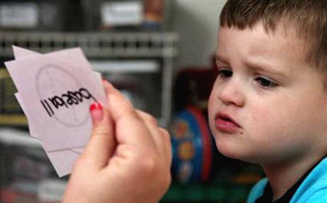 Педагог показывает ребенку карточки