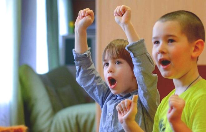 Дети выполняют дыхательные упражнения