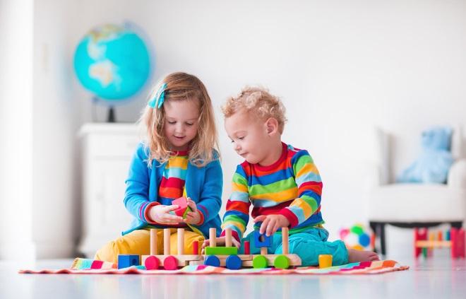 Дети играют с паровозиком