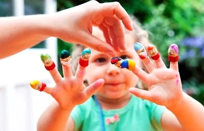 Ребенок играет пальчиками