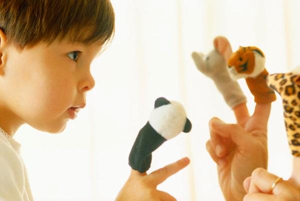 Малыш играет пальчиками