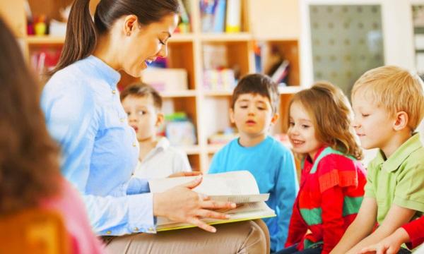 Воспитатель читает сказку детям