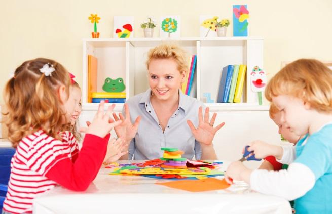 Педагог играет с детьми