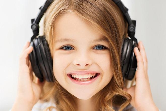 Девочка слушает музыку