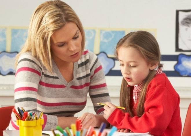 Ребенок на занятии с педагогом