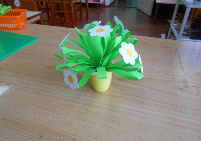 Цветы из бумаги в стаканчике