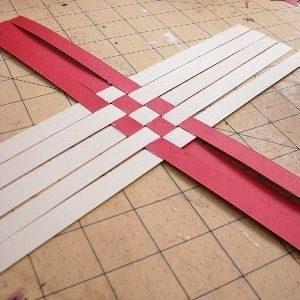 Разрезать картон на полоски