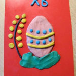 Веточка вербы и раскрашенное яйцо