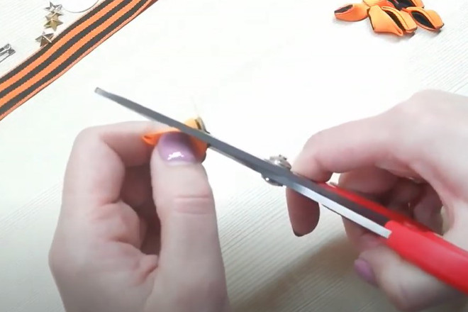 Обрезать уголок лепестка