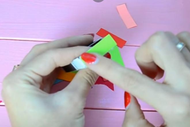 Наклеить цветную полоску