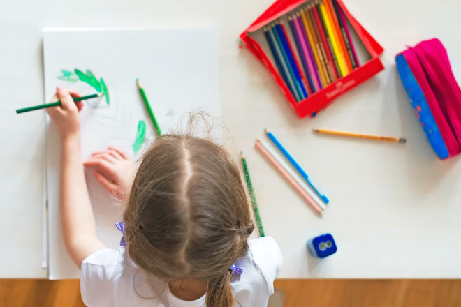 Леворукая девочка рисует