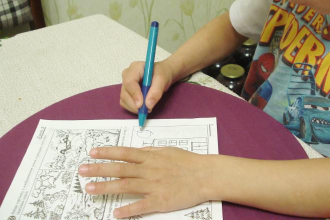 Ребенок пишет ручкой