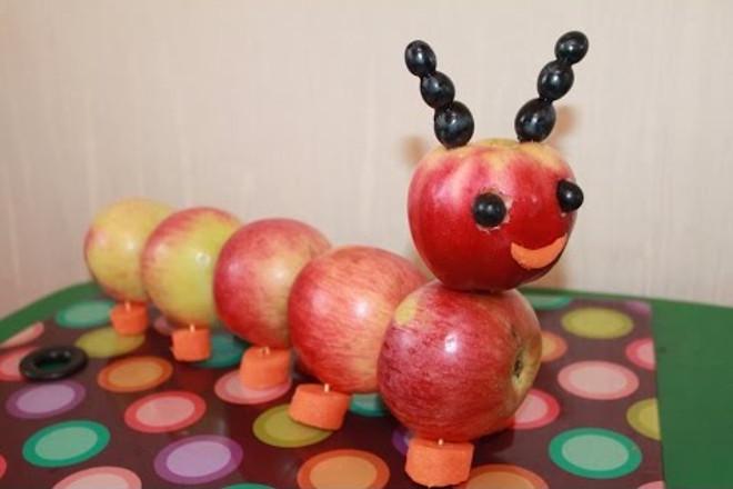 Поделка из яблок Гусеница