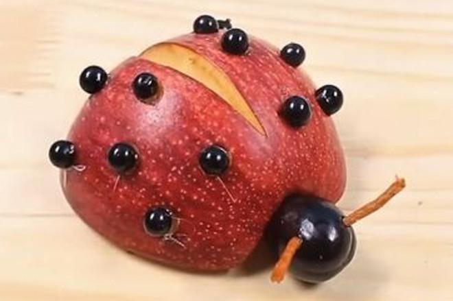 Божья коровка из яблока
