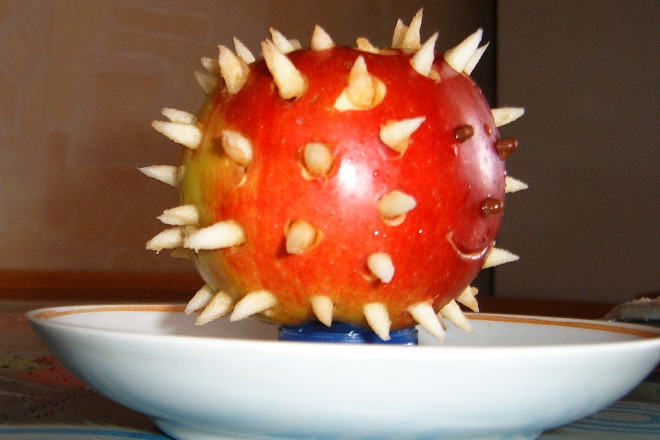 Ежик из яблока
