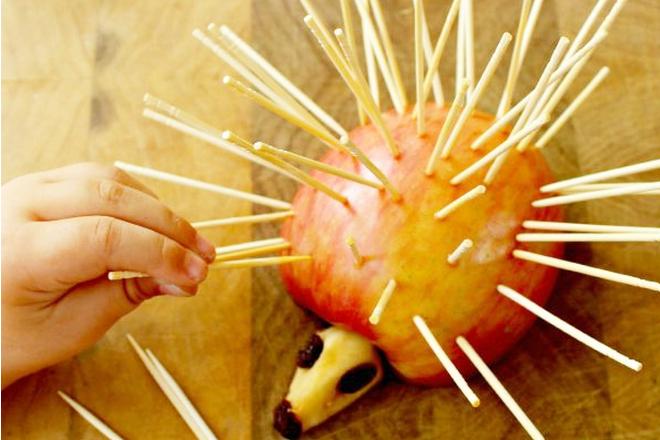 Ежик из яблока и зубочисток
