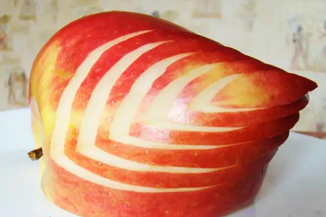 Надрезы на яблоке