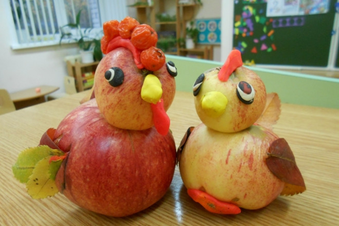 Петух и курочка из яблок