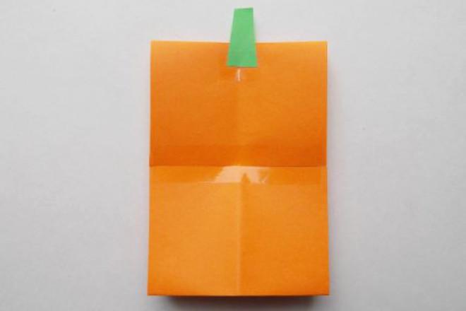 Зеленый хвостик из бумаги
