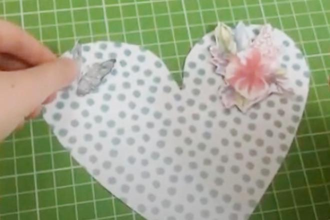 Цветок и бабочка на сердечке