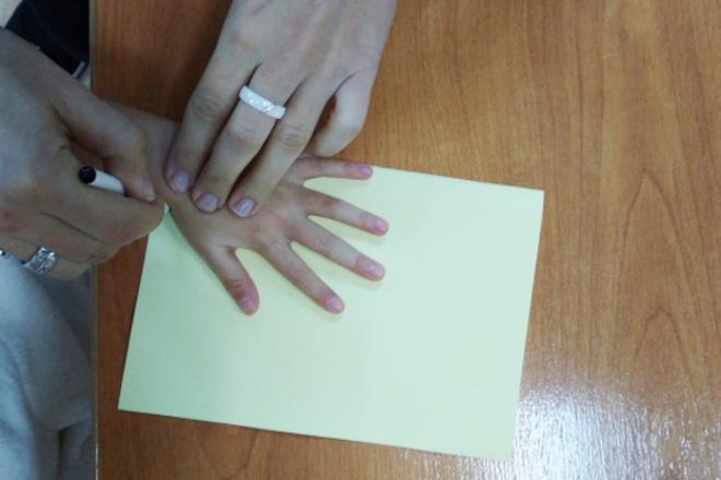 Ладошка на листе бумаги