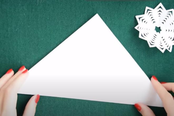 Сложенный лист треугольником