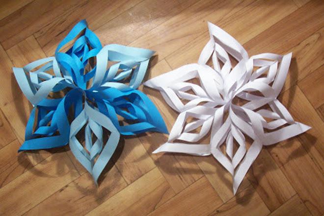 Снежинки белого и голубого цвета