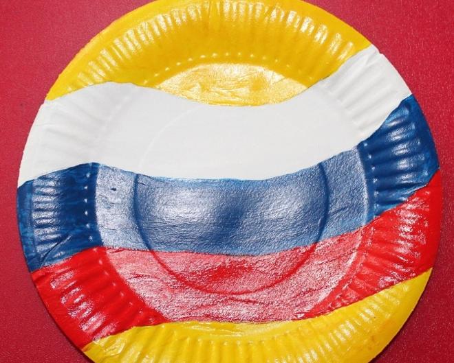 Флаг на желтой тарелке