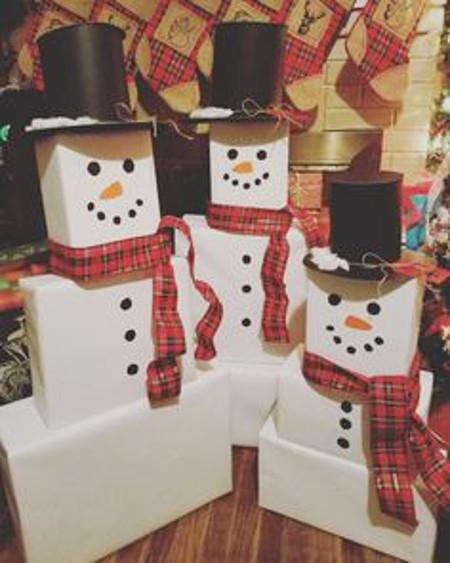 Три снеговика из коробок
