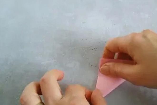 Сложенный треугольник из бумаги