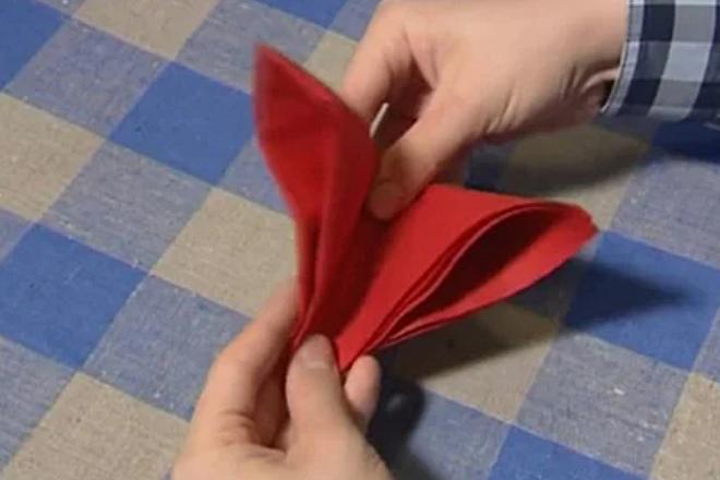 Сложение салфетки вчетверо