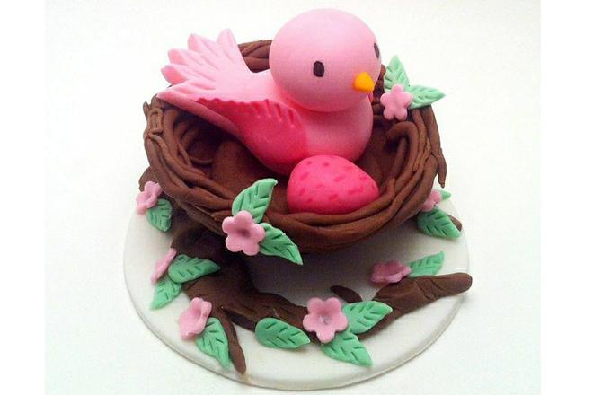Птица в гнезде из пластилина