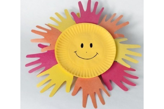 Солнышко из тарелки с ладошками