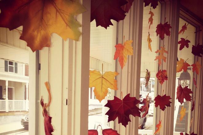 Осенние листья на окне