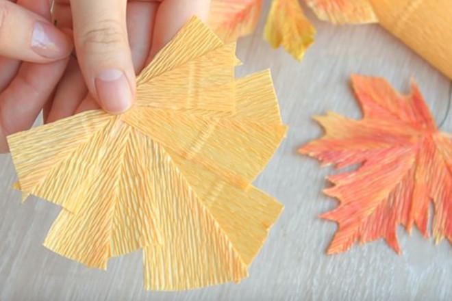 Кленовый лист из гофрированной бумаги
